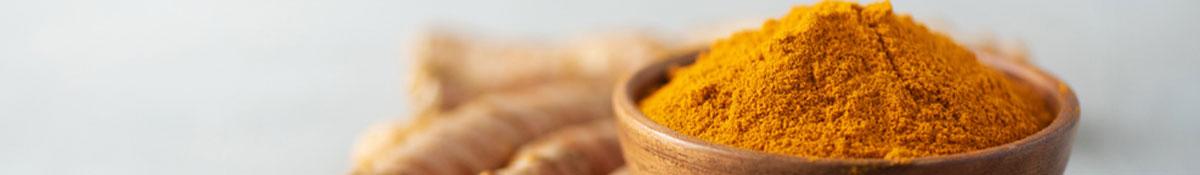 Bildrubrik for superfooden Gurkmeja med pulver av gurkmeja som ligger i en vit skal