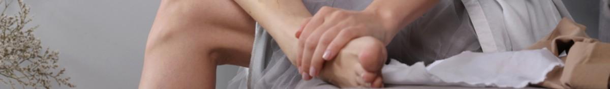en kvinna i bla troja och svarta legging utovar yoga pa golvet