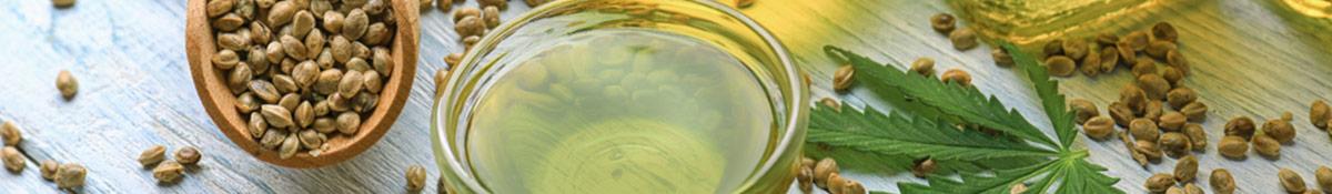 hampafron i en traslev och hampaolja i en glasskal pa ett bord