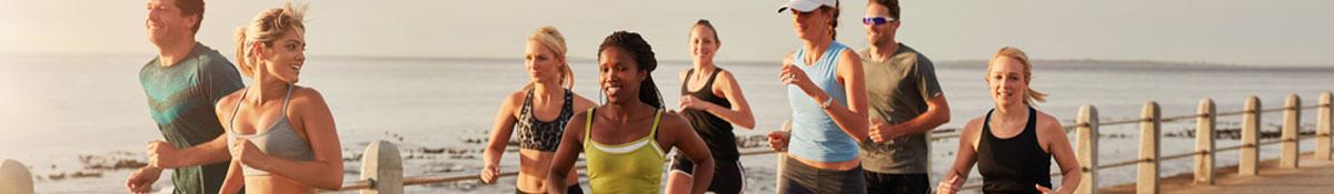 Bildrubrik for okad amnesomsattning. Tva kvinnor star bredvid varandra i alldeles for stora jeans