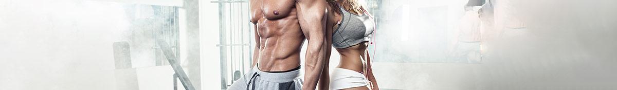 En bild pa en muskulos kvinna och en man i traningsklader som star . ett rokigt rum
