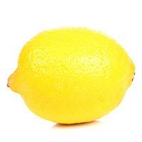 en stor och gul citron i narbild mot en vit bakgrund