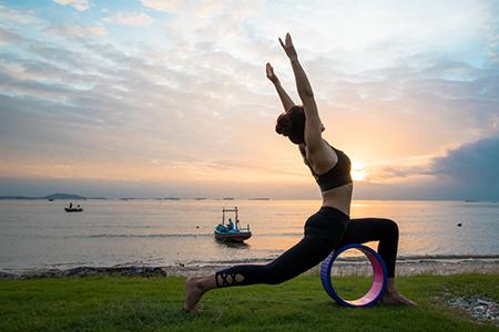 kvinna gör yoga med hjul