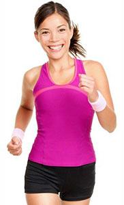 en glad kvinna i svarta shorts och rosa topp ar ute och springer mot en vit bakgrund