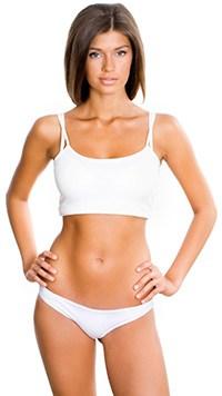en kvinna i vita underklader star med handerna pa hofterna mot en vit bakgrund