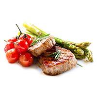 Bild på en kottbit. Bredvid ligger ett knype tomater och tre sparrisar med timjan mot en vit bakgrund