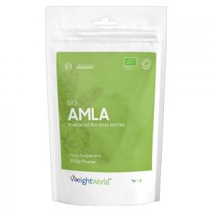 bio amla pulver i en pase med en gron etikett mot en vit bakgrund