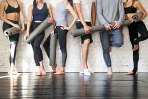 grupp av människor med yoga mattor