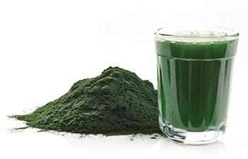 Spirulina pulver och dryck gjord på Spirulina