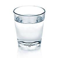 En bild på ett glas som är fyllt med vatten. Detta syns mot en vit bakgrund